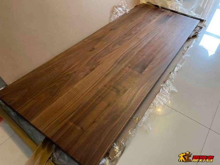 买了块胡桃木桌板,请教下背面打螺丝洞的问题。